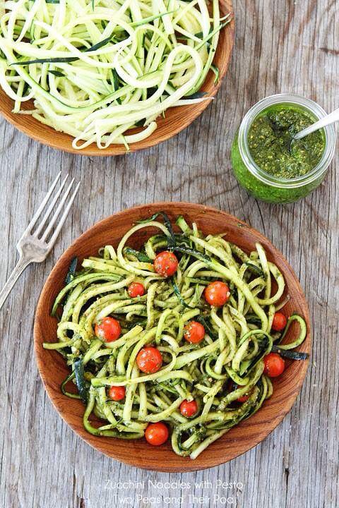 400 gr noedels Salade: 4 kleine courgettes (dun geschild)  Cherrytomaatjes Saus:  2 kopjes basilicum  2 teentjes knoflook 1/3 kopje olijfolie Grof malen in keukenmachine  2 tl citroensap door roeren  Parmazaanse kaas erover En smullen maar!