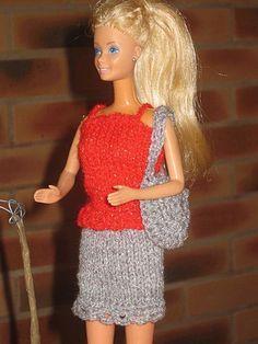 Bonjour à tous et à toutes Voilà un petit ensemble que Barbie s'est offert pour les fetes, il brille de mille feux, entièrement réalisé en laine brillante. Et pour accompagner le tout un petit sac brillant lui aussi , Le petit caraco est réalisé comme...
