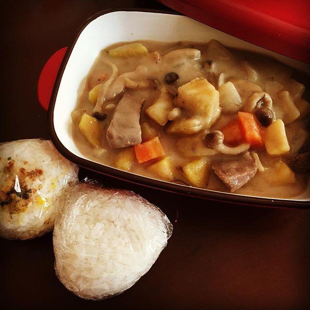 【永遠の議題】 シチューは、 ご飯か、おかずか問題。 ・ 私はシチューにご飯はいらない派です。 だがしかし! 新米の季節!! ラーメン✖️ご飯と同様、 シチュー✖️おにぎり!!! ・ が今日のお弁当です🍙♪ ・ #お昼ごはん#ランチ#お弁当#シチュー#肉#さつまいも#おにぎり#新米#料理#無添加#手作り#健康#cooking#morning#lunch#branch#bento#rice#stew#potato#meat#beaf#carrots#butter#japanese#japanesefood#health#healthyfood#handmade#homemade