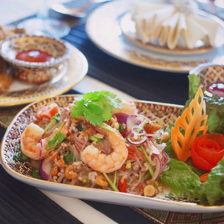 11月の初級タイ料理教室は今日からスタートしました✨今月はレッドカレー、春雨サラダ、肉詰め手羽先揚げを作ります🎶🇹🇭どれも簡単で美味しいです😋💕 . . คลาสสอนทำอาหารชั้นค้นเดือนพฤศจิกายนค่ะ เมนู #แกงเผ็ด #ยำวุ้นเส้น #ปีกไก่สอดไส้  . . #タイ料理 #タイ料理教室 #タイ料理レッスン #アジア料理 #エスニック料理 #料理教室 #クッキング #クッキングラム #美味しい #おもてなし料理 #テーブルコーディネート #フードスタイリング #レッドカレー #春雨サラダ #ヤムウンセン #習い事 #おうちごはん #ベンジャロン #sirikitchen #foodstyling #yummy #redcurry #thaicooking #cookingschool #tablesetting #glassnoodlesalad #thaifood
