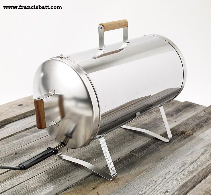 Fumer poisson ou viandes sans feu, c'est possible. Préparez un peu plus d'un kg de poisson en une demi-heure seulement. Appareil en acier inoxydable. Livré avec 2 grilles et un plateau récupérateur de graisse.