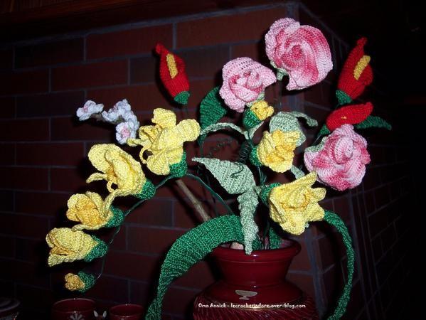 J'ai adoré réaliser ce bouquet de fleurs composé de freesia (jaune), pois de senteur (rose), arum (rouge) et aubépine (blanc). Savez-vous que le pois de senteur, en langage des fleurs, signifie : amour, fausse modestie ..
