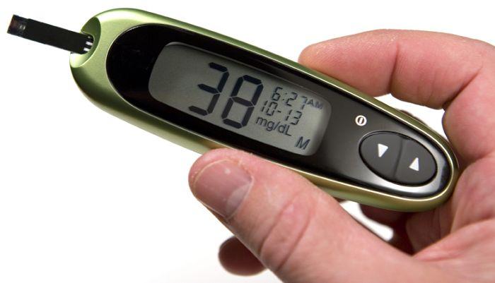 Hipoglicemia  O que é Queda da concentração de glicose no sangue para valores inferiores a 70mg/dl em diabéticos e inferiores a 50mg/dl em não diabéticos.  Causas Em diabéticos a hipoglicemia pode ser causada por um desbalanço entre as doses de medicamentos e insulina e a quantidade de...