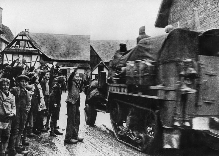 Photo prise le 23 novembre 1944 de la 2e division blindée du général Leclerc entrant dans Strasbourg pour libérer la capitale alsacienne. (Photo AFP)