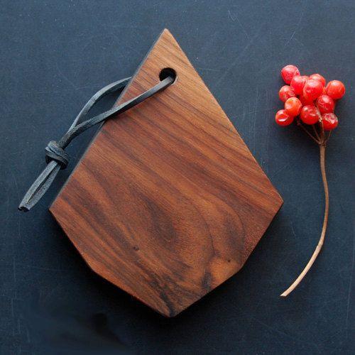 Petite planche d couper en noyer noir parfaite lorsque for Planche en bois noir