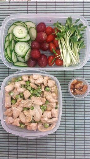 Marmita saudável: macarrão integral de chia sem glúten, com molho branco, frango, champignons e ervilhas frescas. Salada de broto de girassol, tomate uva, uvas e pepino japonês. Damasco, nozes e amêndoas para o lanche.