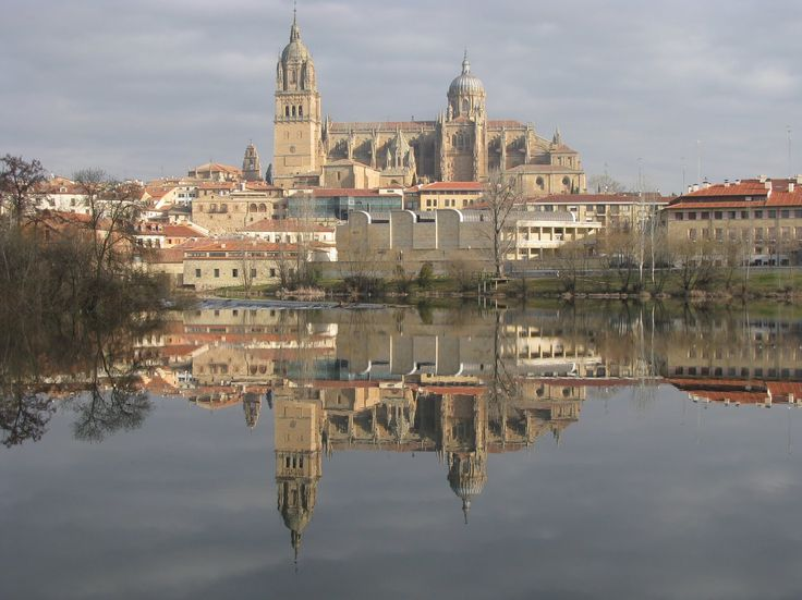 Bella panorámica de Salamanca, con las catedrales en primer término y su reflejo en el Río Tormes.