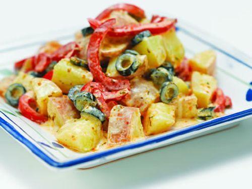 Mediterrán burgonyasaláta recept Hozzávalók: A salátához: 800 gburgonya 30 dkgkoktélparadicsom 400 gkonzerv zöldbab 20 dbolajbogyó 30 gparmezán sajt A dresszinghez: 1 gerezdfokhagyma 1 csokorbazsalikom 4 ek.fehér balzsamecet 6 ek.olívaolaj sóízlés szerint borsízlés szerint Elkészítése: A burgonyát héjastól mossuk meg és sós vízben főzzük meg kb. 45 perc alatt. Szűrjük le, pucoljuk meg és szeleteljük fel.(...)