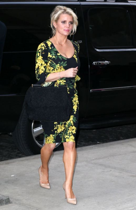 jessica-simpson-nyc-dolce-gabbana-dress-bag-2.jpg (Obraz JPEG, 517×800 pikseli)