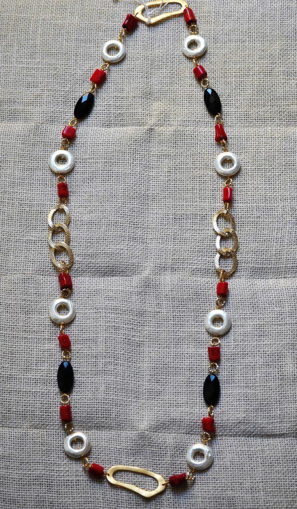 Collana lunga con perle barocche, corallo bamboo, onice, ottone e alluminio, by Bagu Bijoux, 35,00 € su misshobby.com