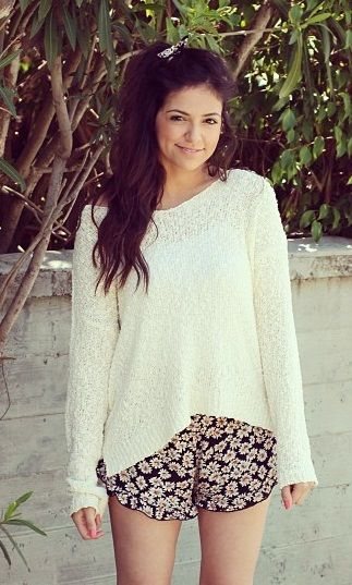The beautiful Bethany Mota in a great Summer turned Autumn outfit!