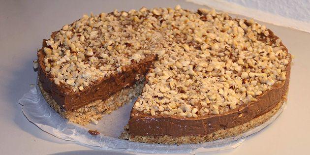 Det her er virkelig verdens nemmeste opskrift på Nutella cheesecake, der smager helt fantastisk. Ultra hurtig at bikse sammen, og så skal den bare stå på køl et par timer. Voila!