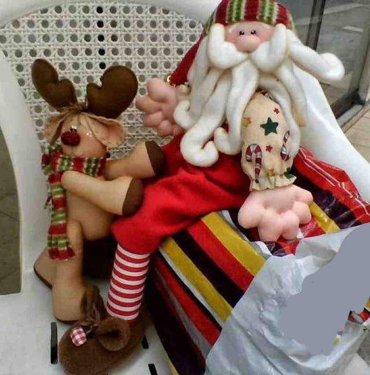 Papá Noel jugando con reno bebé