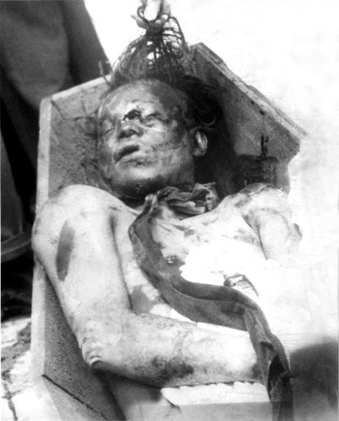 Juan Roa Sierra, asesino de gaitán, en el Cementerio Central el 10 de abirl
