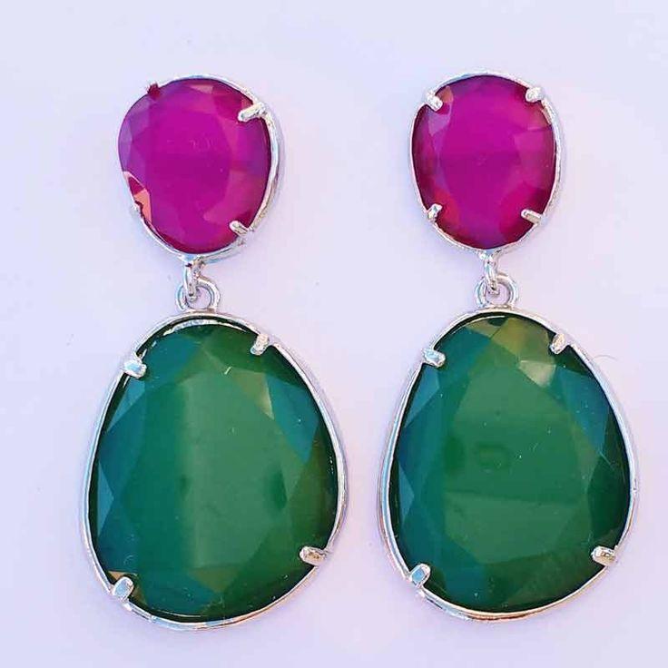 Elegantes pendientes combinados en rosa y verde ideales para tus looks más elegantes, para combinar con un vestido verde o magenta.