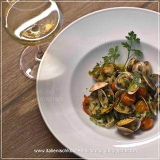 Kochen mit San Luigi: Venusmuscheln mit Kräuteröl, ein fantastisches Sommer Rezept, das den Geschmack des Südens auf den Teller bringt   #olivenol #frantoio #maremma #italienisch #kochen #muscheln #sommer #venusmuscheln #paleo #tomaten #glutenfree #krauter