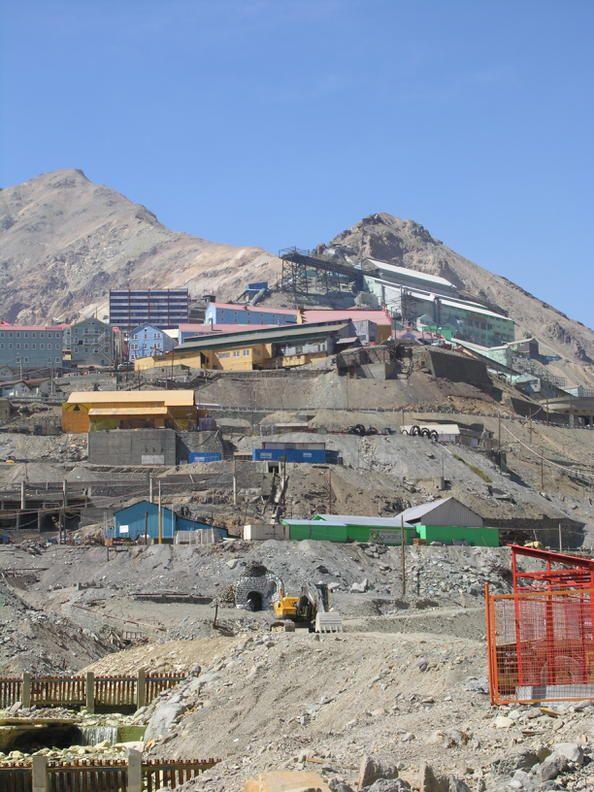 Chile 05 Ciudad minera de Sewell Situada a 60 km al este de Rancagua, a mí¡s de 2.000 metros de altitud, en la cordillera andina, la ciudad minera de Sewell fue construida por la empresa Braden Koper a principios del siglo XX para albergar a los trabajadores de la mina El Teniente, que pronto se iba a convertir en la mayor explotación subterrí¡nea de cobre del mundo.