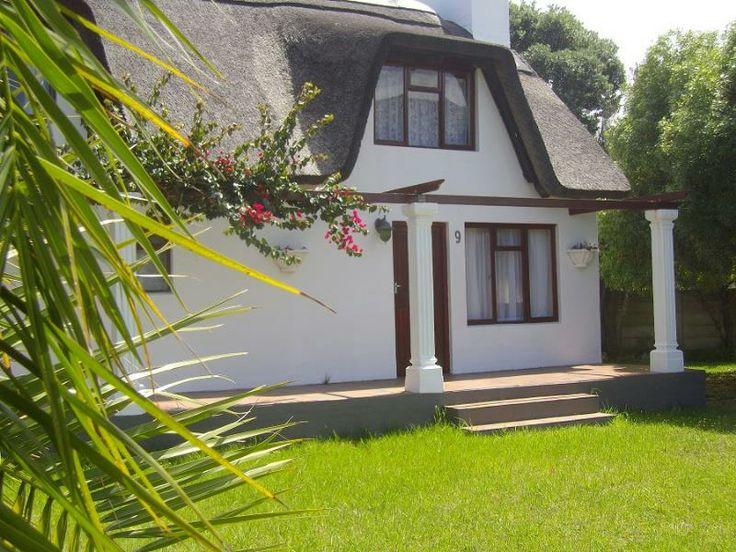 THATCHED COTTAGE CLOSE TO THE RIVER NEAT AS A PIN AND PRETTY AS A PICTURE.  ON SHOW SATURDAY 13H00 - 16H00