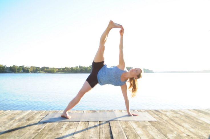 VASISTHASANA  De zijplank, een houding waarbij je je gehele core versterkt. Begin vanuit de plank, span je benen en buik aan en draai je zijwaarts. Houd je buik ingetrokken, waardoor je je bekken kantel richting je hielen. Let wel op hypermobiliteit en je ellebogen. Ook dit is een goede houding voor focus en balans.