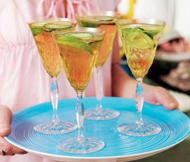 Ett snabblagat recept på alkoholfri rabarberdröm att servera till fest. Du gör den syrliga drinken av bland annat rabarbersaft, Schweppes Russian och lime. Dekorera med gurka och servera med is!