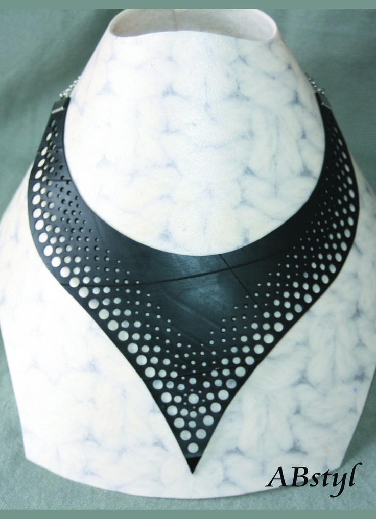 collier chambre à air recyclée ras de cou forme plastron pointu / Upcycling / bijoux vegan / éco bijoux : Collier par abstyl