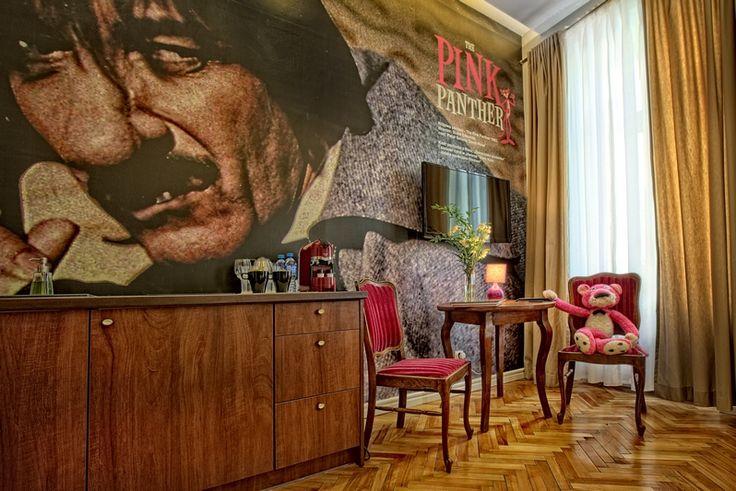 """Apartament """"Różowa pantera"""" urządzony jest w amerykańskim stylu lat 60 XX w. Cały wystrój apartamentu nawiązuje do filmu. #Hotelinterior #pinkpanther #apartment #Poland #Lodz #cinemarooms #cinemahotel #movie"""