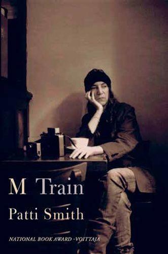 """Unelmat ja todellisuus virtaavat rinnakkain ja ristikkäin Patti Smithin muistelmateoksessa, jota hän kutsuu """"elämänsä tiekartaksi"""". M Train alkaa kirjailijan kantakahvilasta New Yorkin Greenwich Villagessa, jossa hän nauttii aamukahviaan, kirjoittaa ja mietiskelee..."""