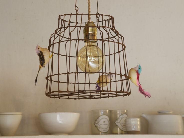 Een hanglamp, mooi boven de eettafel of op een kinderslaapkamer. Nooit meer alleen slapen! De vogels zijn ontsnapt en net echt. Voor ´n frivole twist aan je interieur.   De lamp is gemaakt van...