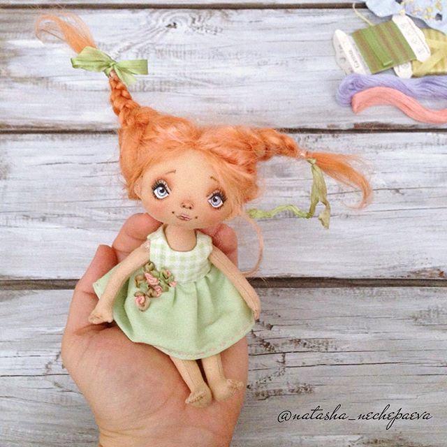 Вот она - рыжая врединка! Кое как заплелись, уселись, сфотографировались . Сейчас в другом платье покажу . #куклынечепаевойнаташи#текстильнаякукла#авторскаякукла#интерьернаякукла#коллекционнаякукла#куклаизткани#куклавподарок#кукласвоимируками#ручнаяработа#подарок#екатеринбург#doll#dolls#artdoll#dollartistry#instadoll#artdoll#art#идеяподарка#present#puppet#handmadedoll#mysolutionforlife#кукла#clothdoll#fabricdoll#авторскаяработа#инстаграмнедели