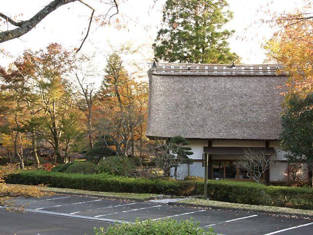 紅葉と茅葺き屋根の家