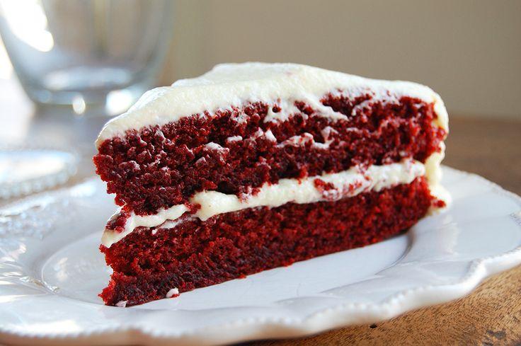 FavorFlavs recept voor de allerbeste red velvet cake met koffie als geheim ingrediënt. Door karnemelk en zonnebloemolie ook enorm smeuïg, met uiteraard een dikke laag frosting.