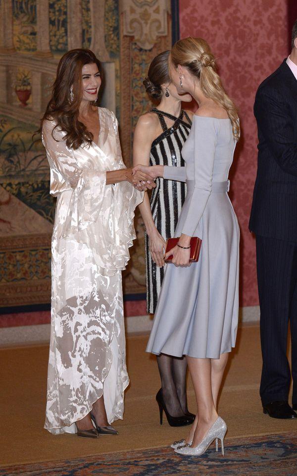 La esposa de Simeone, Carla Pereyra, saluda a la primera dama argentina. Un vestido 7/8 en tono gris visón. Un clutch vibrante, escote bote y stilettos soñados: plateados brillantes (LY Photo)