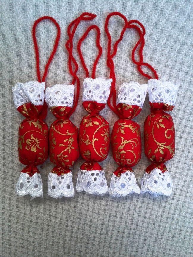 Gyönyörű madeira szalaggal szegett #textil szaloncukrokat készítettem karácsonyra! Vatelinnal vannak töltve. Tartós, több évben felhasználható, #karácsonyi #ajándékba, de ajándékcsomagok díszítéséhez is nagyon jó! Válassz a karácsonyi hangulatodhoz illő színekben! #szaloncukor