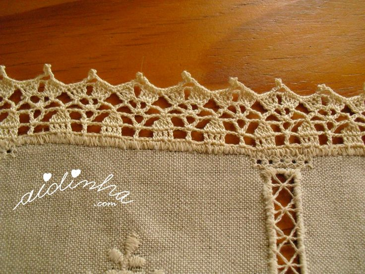 Vista de perto do picô de crochet, da toalha de linho bordada
