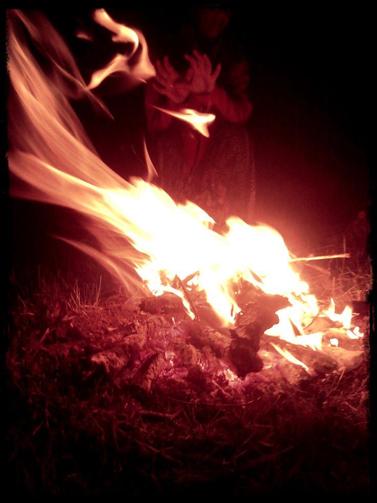 Takže nezbývalo, než založit oheň, který nám připomněl, že k němu máme přistupovat s respektem a úctou. Připomněl nám, že je skvělým pomocníkem, ale špatným pánem...