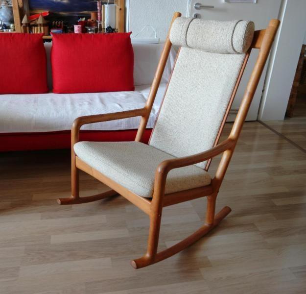Dänischer Designerschaukelstuhl.Dieser Schaukelstuhl wurde in den 1970ern von Hans Olsen für Juul Kristensen entworfen.Der Stuhl ist aus Eiche und in sehr gutem Zustand.Sitzpolster und Rückenlehne sind aus Wolle.- Nichtraucherhaushalt- tierfreier Haushalt- Sessel ohne Reparaturen und Schäden- kein Versand, nur Abholung.Abmessungen ca.: Breite 64 cm, Tiefe 73 cm, Höhe 100 cm