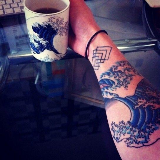 Tatuaggio artistico con l'onda di Hokusai