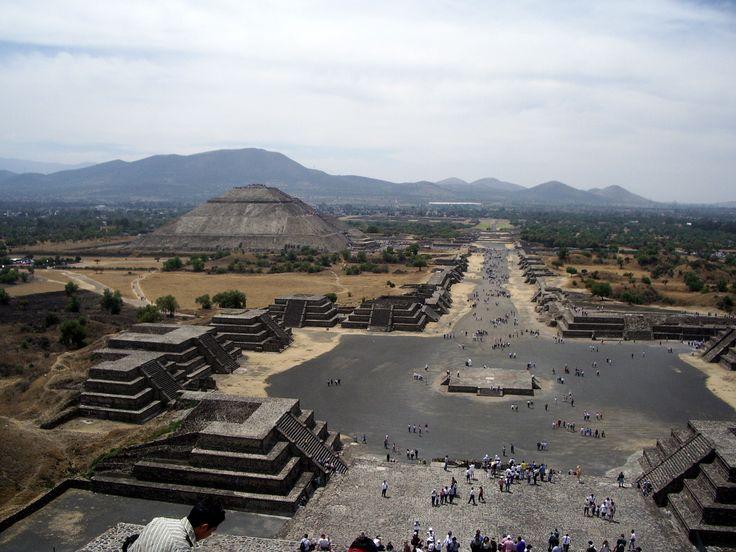 depuis le sommet de la pyramide de la Lune, à Téhotihuacan, vue sur l'Allée des Morts et un peu plus loin à gauche, la pyramide du Soleil.