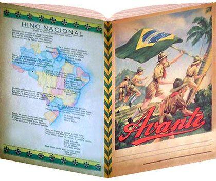 AVANTE Da década de 50/60, o caderno de brochura Avante, com 5 rapazes vestindo uniforme padronizado e um deles com a Bandeira Brasileira na mão. Na contracapa do caderno vinha a letra do Hino Nacional Brasileiro.