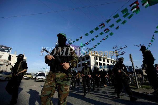 Sayap militer Hamas (Brigade Izzuddin Alqasam) longmarch dari Jalan Jala menuju Lababidi, Jabalia, Palestina, Minggu (2/12)/2012. Aktivitas ini sebagai persiapan peringatan hari jadi ke-25 Hamas pada 8 Desember