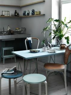 sweet home | günstige Alternative für teure, (vorzugsweise) antike Küchenstühle: Ikea Hocker FROSTA in eigener Farbe streichen und neben einen oder zwei richtige Stühle stellen #DIY #kitchen