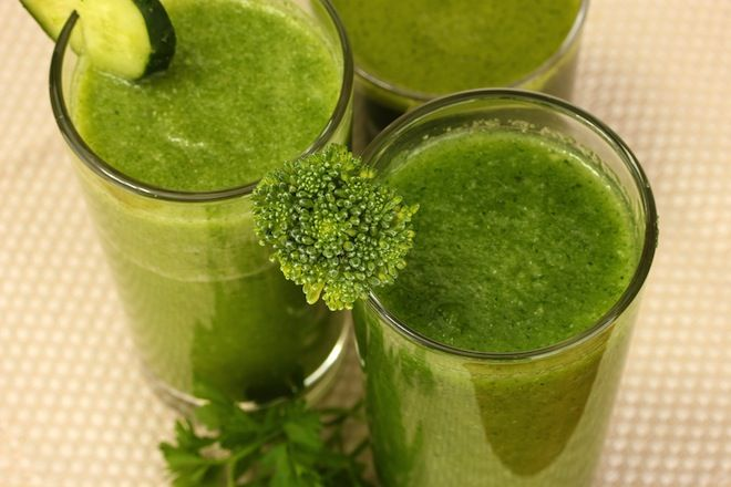 The Right (And Wrong) Way To Juice -- Interesting. It says to avoid kale because it can cause indigestion and bloating, and to stick with veggies like cucumbers, beets, carrots, and fennel. The Detoxer: 1 beet, 2 carrots, 1 green apple, 1 thumb size piece of ginger, 1 bunch parsley.