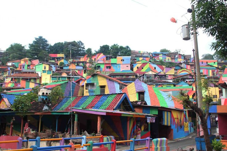 The faces of the ninth grade students seemed delighted as they stared at the tens of houses nestled on the highlands at the back of Kembang Kalisari Market on Jl. Dr. Sutomo, Semarang. Painted in bright colors, the houses' walls and rooftops are surely a sight to behold.
