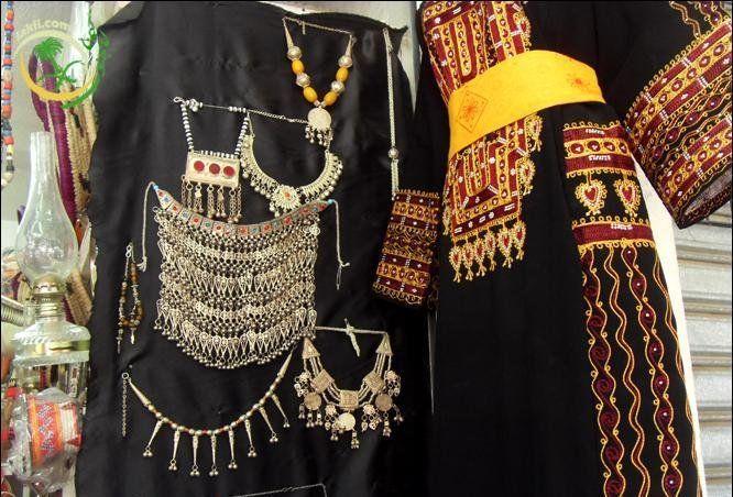رجال ألمع لوحة نادرة جمعت الفن المعماري والتراث الشعبي مجلة هي In 2021 Traditional Outfits Arabian Women Fashion