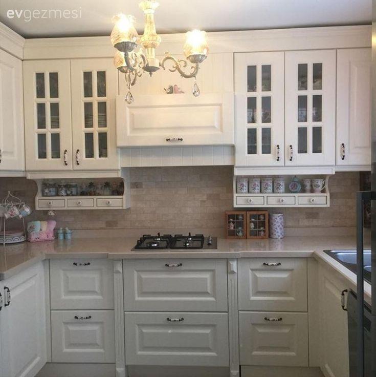 Eskiyen mutfak dolapları ve beyaz eşyalarını yenilemeye karar veren Mürvet hanım, bahaneyle komple bir değişimde karar kalmış.. İngiliz stilin hakim olduğu bir tarzda karar kılan ev sahibimizin mutfağ...