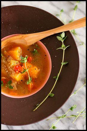 野菜たっぷりスープ 【作り方】 ・玉ねぎ  1個 ・パプリカ 1/2個 ・ピーマン 1個 ・人参   1/2本 ・バターナッツカボチャ 1/4個 ・にんにく  1片 ・ベーコン 50g ・ブイヨン  1粒 ・バター   5g ・水     2リットル ・油     小さじ1 ・塩・コショウ 適量 ①大きめの鍋に油を熱し、細切りにしたベーコンと潰したニンニクを炒める。 ②1cm角に切った野菜(カボチャ以外)を全部入れ玉ねぎが透明になるまで炒める。 ③水とブイヨンを入れて野菜がやわらかくなるまで煮る。 ④野菜がやわらかくなったらカボチャを入れ、カボチャがやわらかくなるまでさらに煮る。 ⑤塩コショウで味をととのえ火を止め、バターを入れて出来上がり! ※お好みで粉チーズやタイムを添えても♪