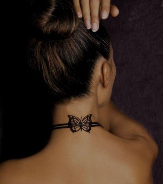Tatouage noeud papillon sur le cou d'une femme