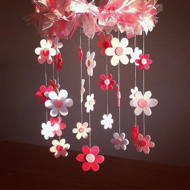 Ein Mobile mit Filzblumen #filzblume #feltflower #filzbasteln #craftingwithfelt #diy #handmade #basteln #gebastelt #crafting #crafted #rosa #pinkflowers #feltro #fieltro #floresdefieltro #windchimes #decoration #dekoration #kinderzimmerdeko