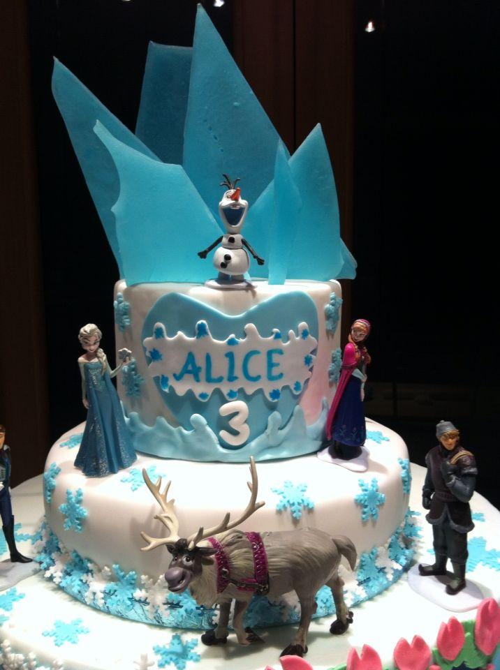 Dettagli della Frozen cake by ChiRy's cakes #Frozen #torta #cake #cakedesign #chiryscakes #fondant #disney #elsa #anna #olaf #sven #birthday #compleanno #snow #neve #winter #inverno