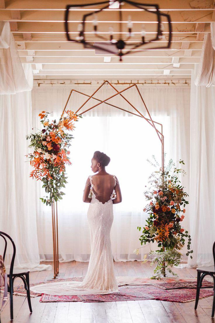 Industrielle Kupferbogen Hochzeit Kulisse mit Braut in verzierten Kleid   – INDUSTRIAL